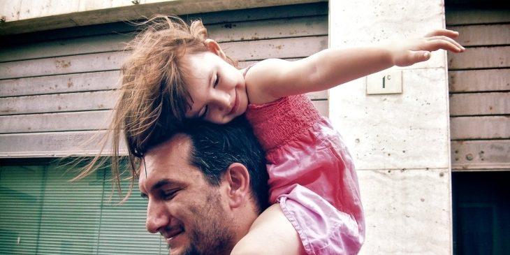 niña pequeña en hombros de su padre