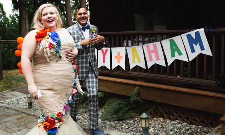 novia sobre peso recien casados sonriendo