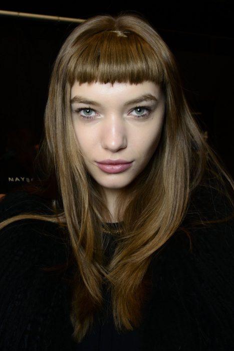 mujer corte de cabello micro fleco
