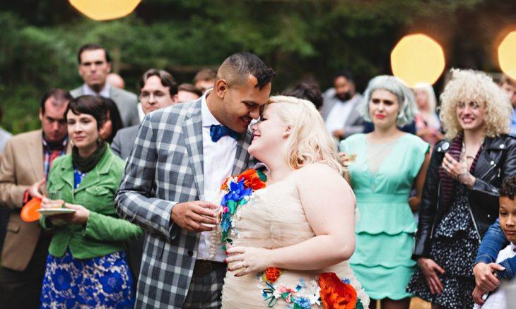 recien casados mujer sobre peso fiesta y familia