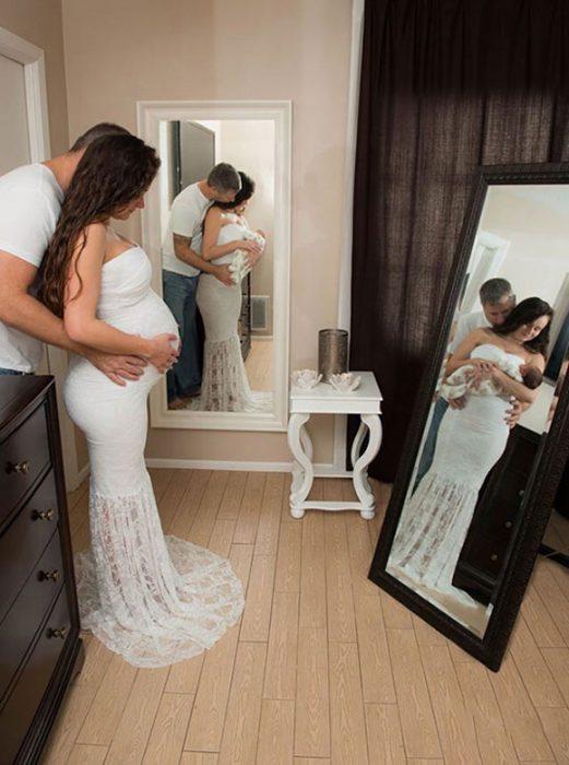 Mujer mostrando el antes y después de su embarazo mientras está parada frente a un espejo