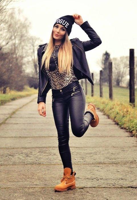 Chica usando unas botas timberland