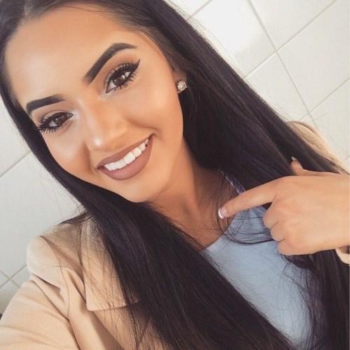 Chica sonriendo por su maquillaje perfecto