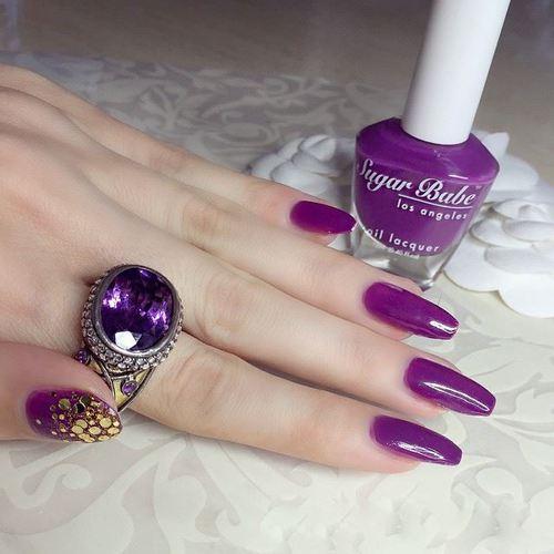 Chica pintándose las uñas de color morado