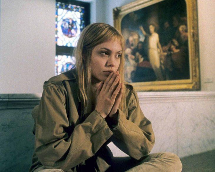 Angelina jolie en la película inocencia interrumpida pensando