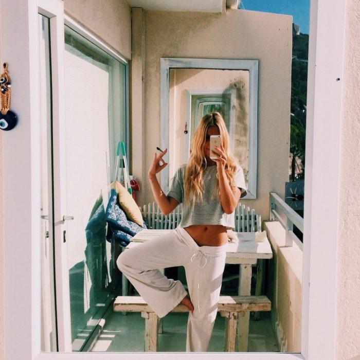 Chica usando pantalones de yoga
