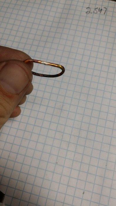 aro de cobre, que funciona como prototipo de un anillo de compromiso