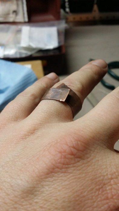 Placa de cobre utilizada como molde para un anillo de compromiso