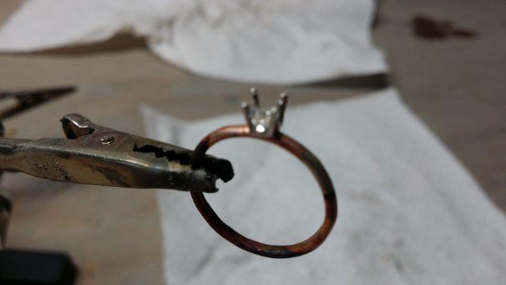 Anillo de compromiso creado con un aro de cobre