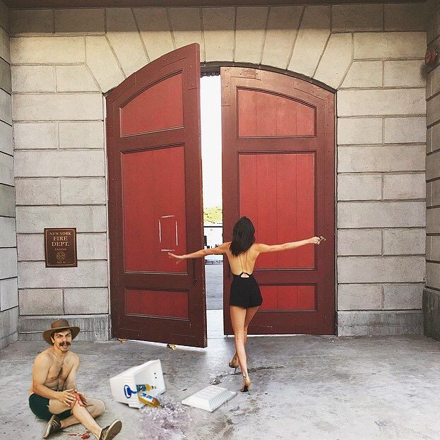Chico apareciendo de manera divertida en las imágenes de Kendall Jenner mientras ella está frente a una puerta