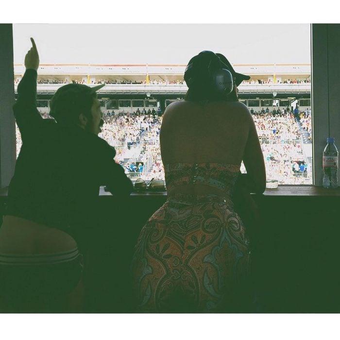 Chico que aparece de manera divertida en las imágenes de Kendall Jenner mientras ella está en un autodromo