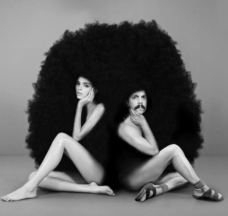 Chico apareciendo de manera divertida en las imágenes de Kendall Jenner mientras ella posa para una fotografía con una peluca afro