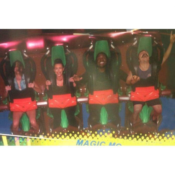Chic que aparece de manera divertida en las imágenes de Kendall jenner mientras ella está en una montaña rusa con amigos