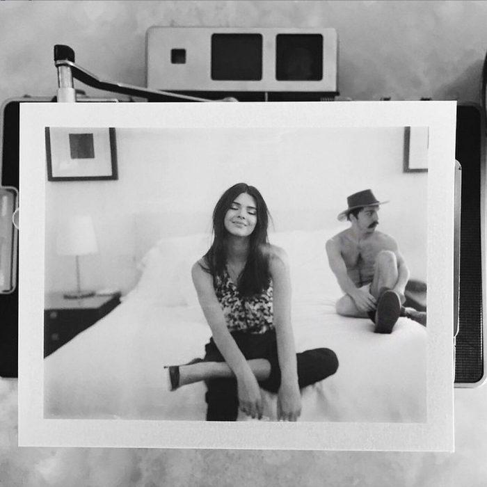 Chico apareciendo de manera divertida en las fotografías de Kendall Jenner