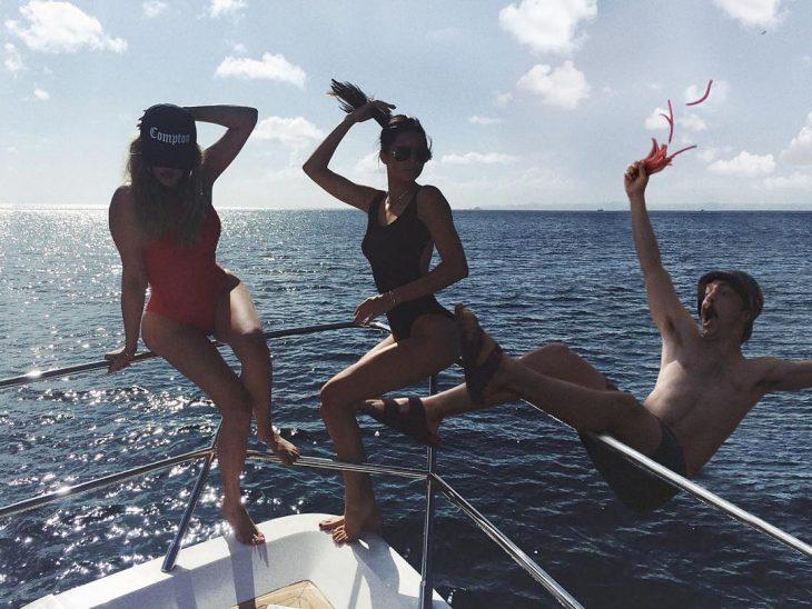 Chico que aparece de manera divertida en las fotos de Kendall Jenner cayendo al agua