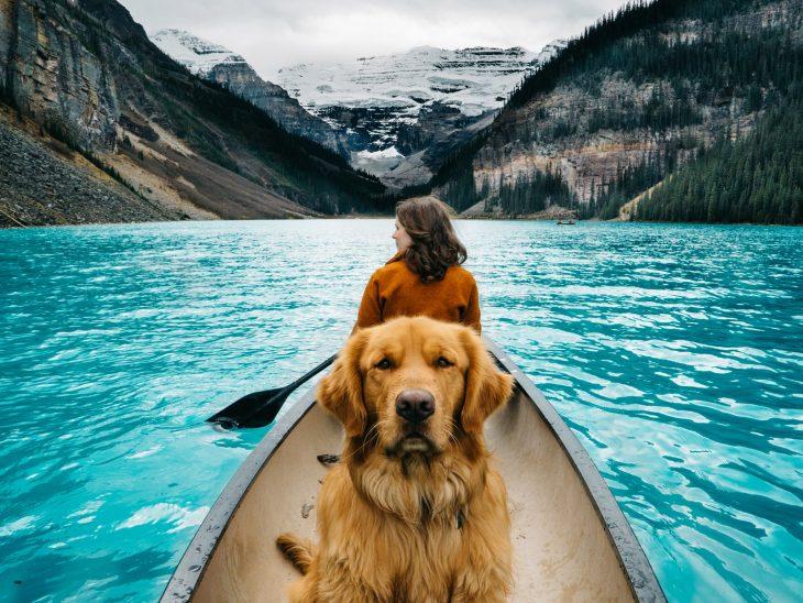 Chica en una canoa con un perro