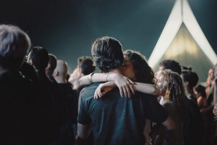 Pareja besándose en un concierto