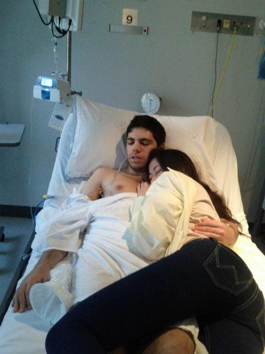 Novia cuidando a su novio en el hospital