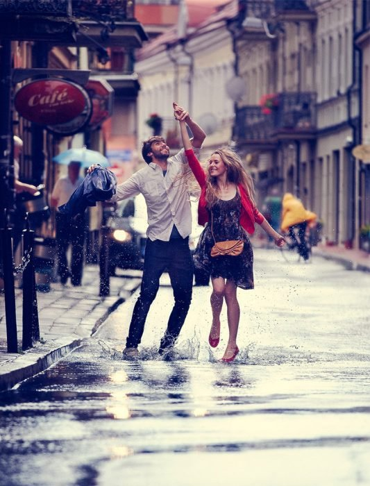 Pareja bailando bajo la lluvia