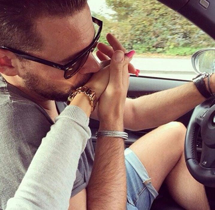 Chico besando la mano de su novia
