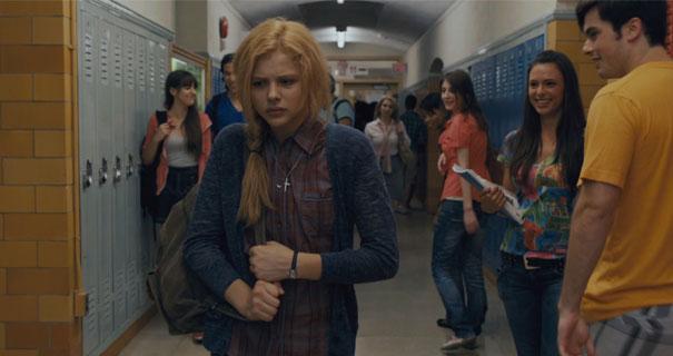 Escena de la película carrie. Chica caminando por el pasillo de la escuela