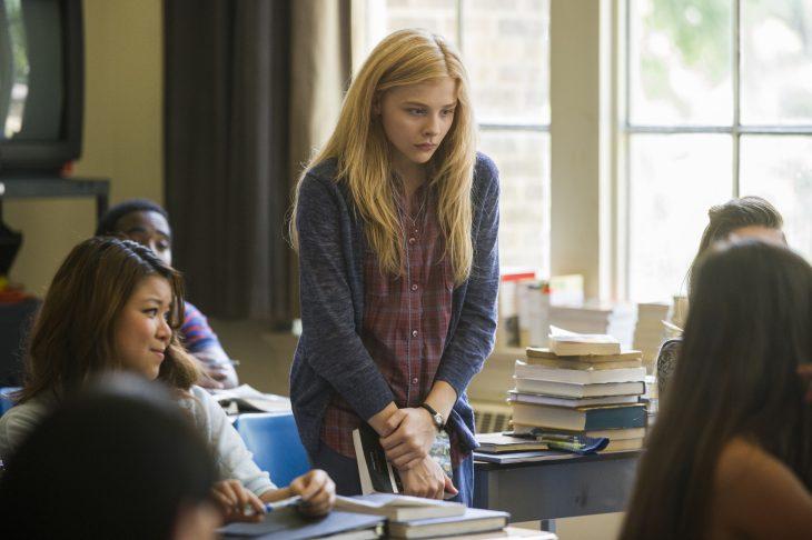 Escena de la película carrie chica en el aula de su escuela