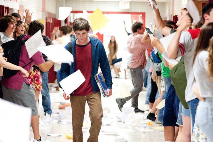 Escena de la película las ventajas de ser invisible. Chico caminando por el pasillo de una escuela