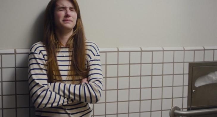 Escena de la película palo alto. Chica llorando en el baño de su escuela