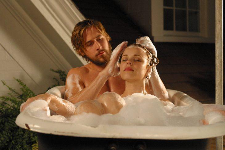 Escena de la película el diario de noa, pareja tomando un baño en la bañera
