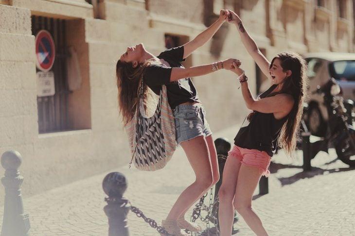 Amigas bailando en la calle