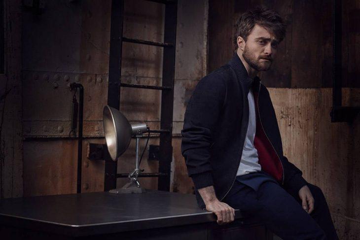 Daniel Radcliffe sentado en una mesa