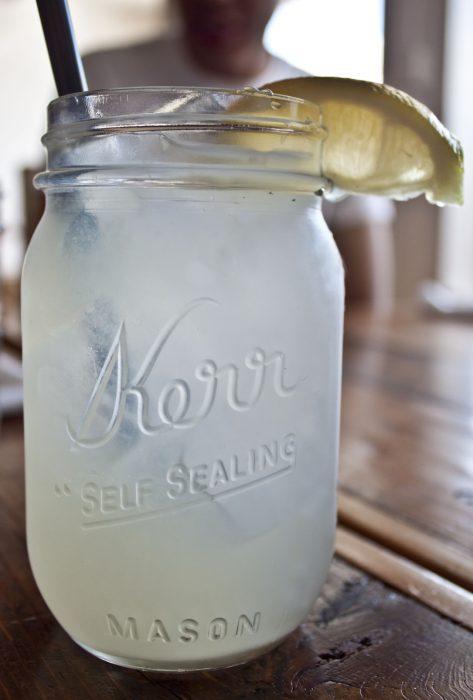 Vaso con agua de limón
