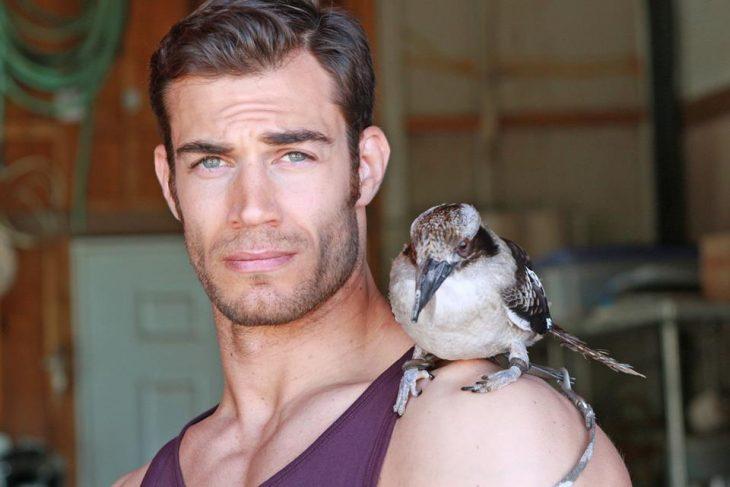 Doctor animales guapo con un pájaro