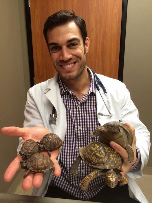 Veterinario Evan Antin con tortugas