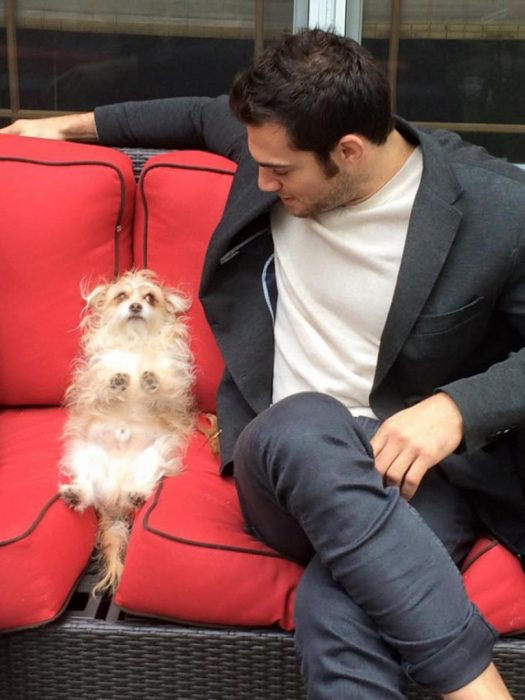 Veterinario Evan Antin platicando con un perrito