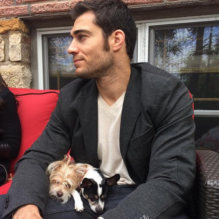 Veterinario Evan Antin con unos perritos