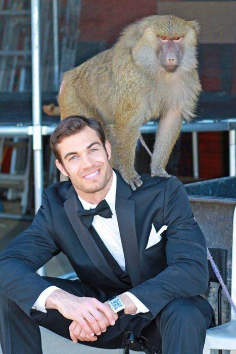 Veterinario Evan Antin con un mono