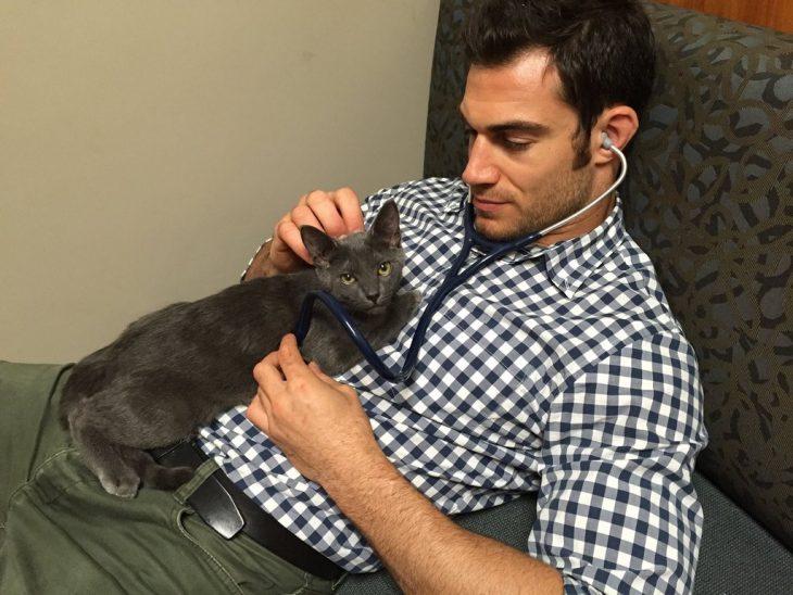 Veterinario Evan Antin con un gato