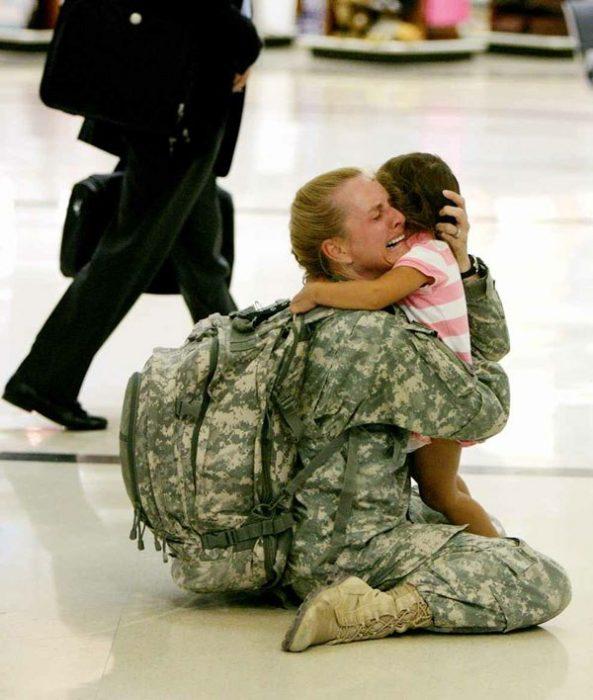 mujer soldado se encuentra con su hija