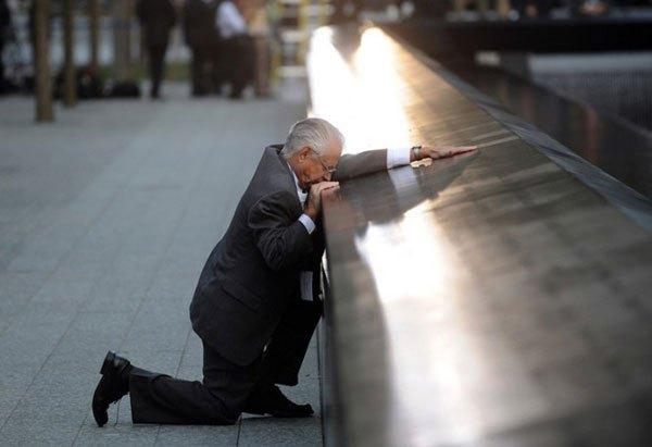 padre llorando en monumento víctimas 11 sep
