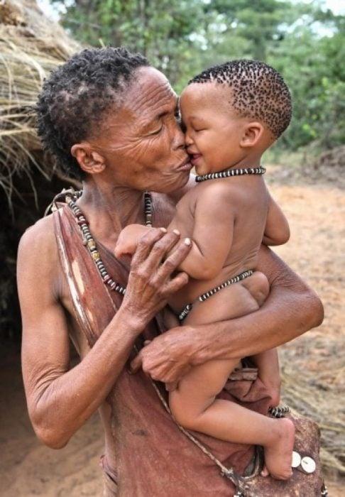 abuela y nieto tribu africana