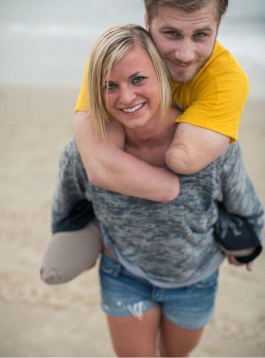 novia carga a novio militar que se quedósin piernas ni brazos