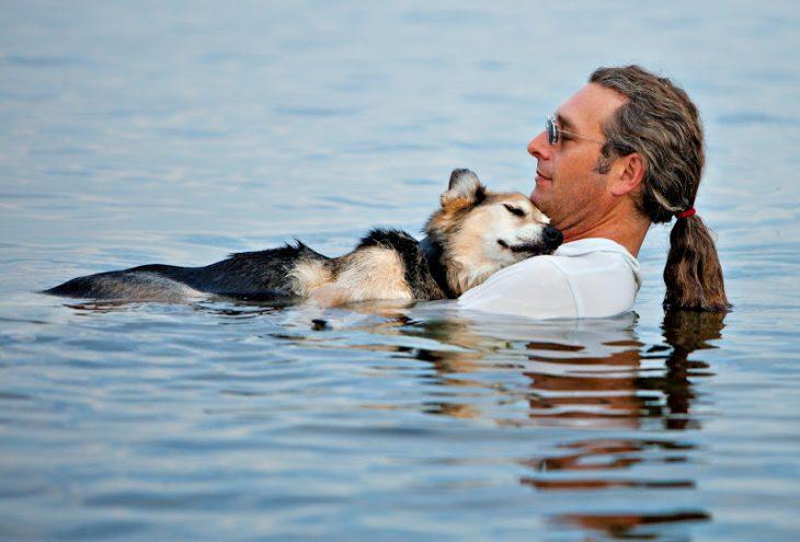 hombre dando terapia de agua helada a su perro