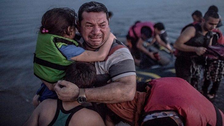 padre refugiado abraza a su hija