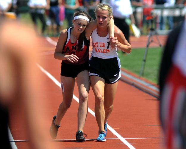 maratonista ayuda a competidora a llegar a la meta