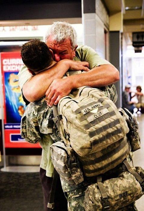 Padre se encuentra con su hijo después de muchos años.