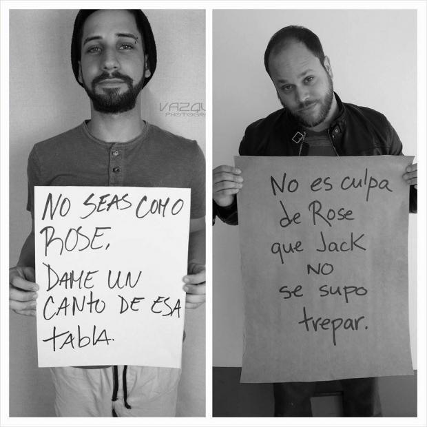 hombre respondiendo a un hombre con un cartel sobre una campaña de equidad de género