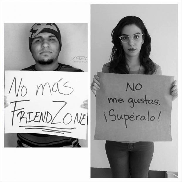 Mujer respondiendo a un hombre con un cartel sobre una campaña de equidad de género
