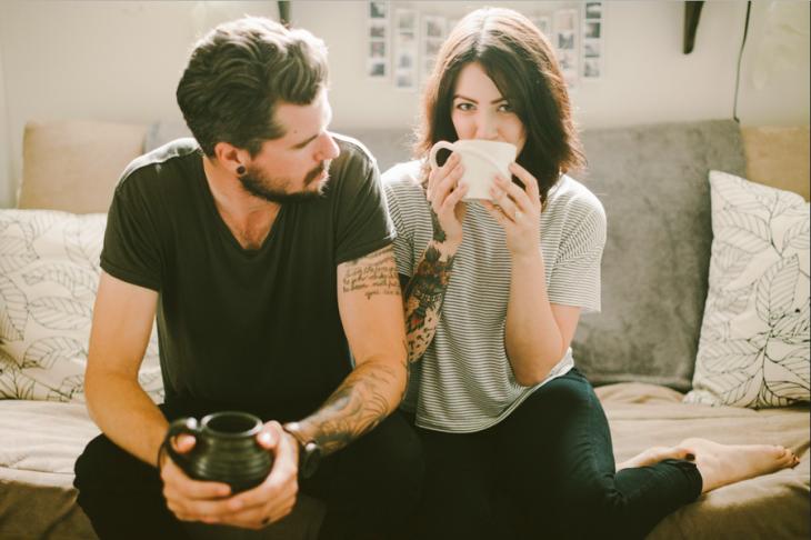 Pareja tomando una taza de café