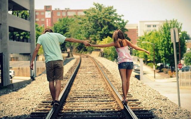 pareja caminando vías del tren